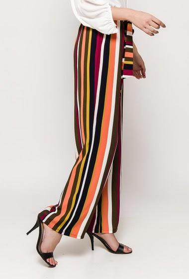 Pantalon fluide avec taille élastique et ceinture. La mannequin mesure 176cm et porte du S