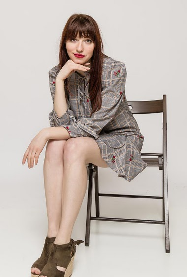 Check dress with printed flowers, tie collar, 3/4 sleeves, regular fit. The model measures 174cm and wears S