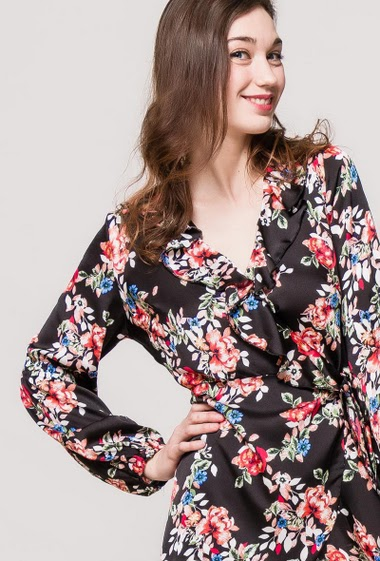 Dress with printed flowers, cross fit, ruffles. The model measures 177cm and wears S