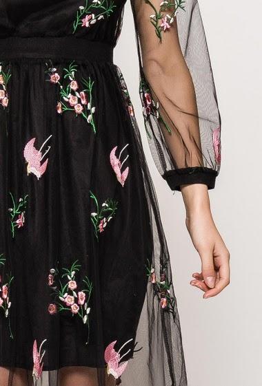 Robe en tulle, fleurs et oiseaux brodés, manches longues, vendue avec débardeur. La mannequin mesure 176cm et porte du S