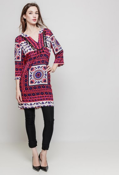 Printed dress, 3/4 sleeves, V neck, regular fit. The mannequin measures 177 cm and wears M
