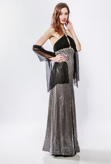 Lonfg dress decorated with sequins and pearls. The model measures 177cm and wears S