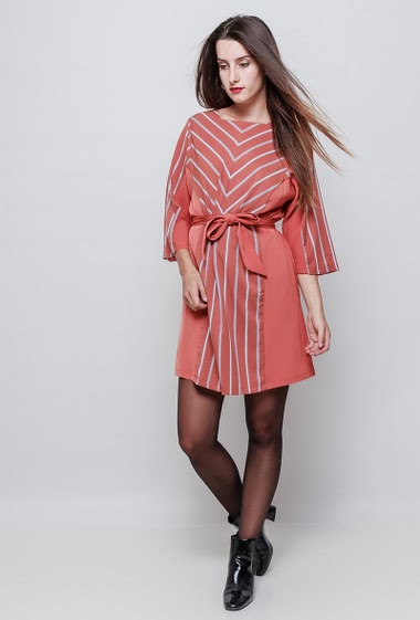 Dress with stripes, 3/4 sleeves with plain border, belt. The model measures 176cm and wears S
