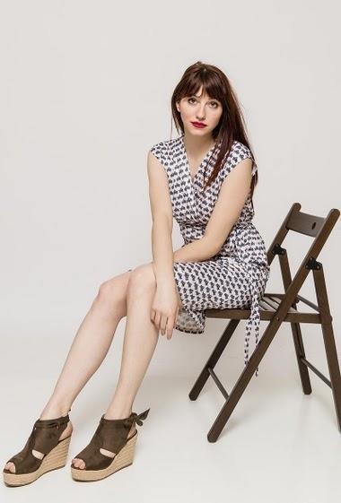 Cross sleeveless dress, geometric pattern. The model measures 174cm and wears S