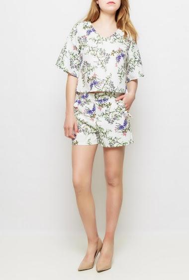 Short satiné avec fleurs imprimées, poches ornées de volants, possibilité de porter avec le top assorti