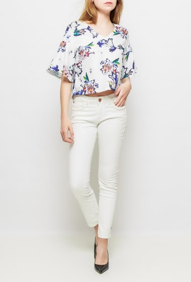 Top with printed flowers, flared 3/4 sleeves, regular fit, button keyhole back