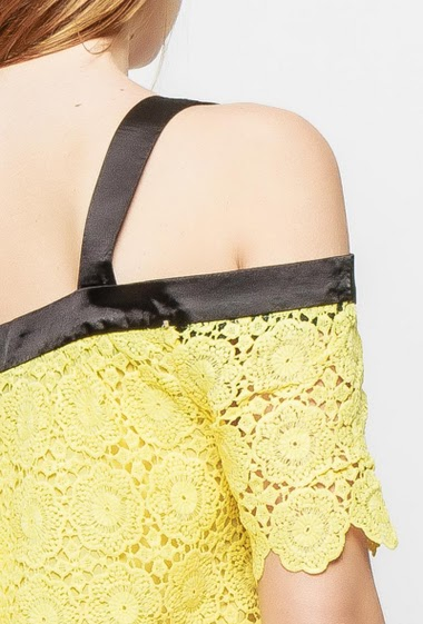 Cold shoulder top, short sleeves, regular fit, plain contrastting border in satin