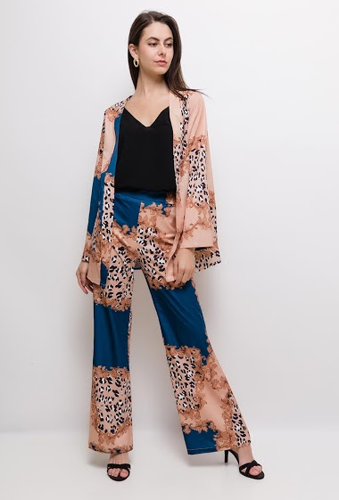 Light blazer, wide leg pants, pattern. The model measures 175cm and wears S