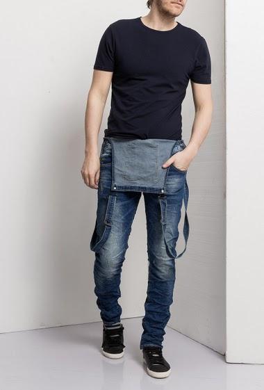 Salopette en jeans délavé bleu coupe slim - Bretelles ajustables - Passants de ceinture - Fermeture Boutonnée - Poches multiples - Marque Us Marshall  Guide des tailles T28=T38, T30=T40, T32=T42, T34=T44, T36=T46, T38=T48