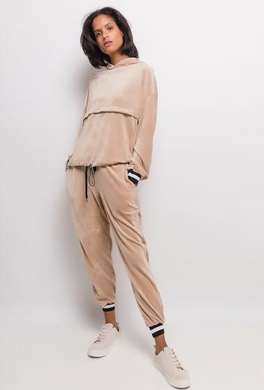 Sweat à capuche et pantalon en velours. La mannequin mesure 177cm, TU correspond à 38/40.