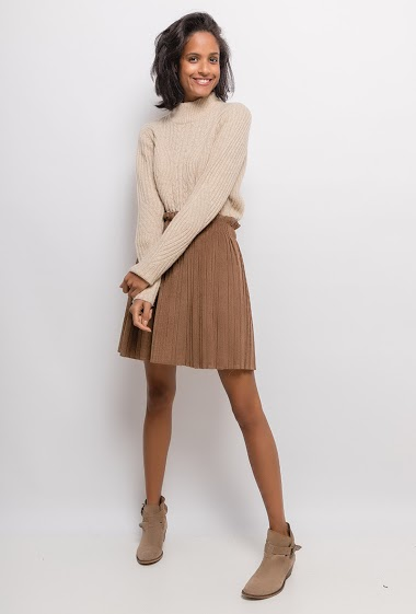 Skater skirt in cuduroy velvet. The model measures 177cm, one size corresponds to 10/12(UK) 38/40(FR). Length:50cm
