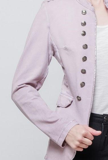 Veste en molleton délavé, boutons fantaisie, bordure ornée d'un biais brillant, ouverte sur le devant, coupe ajustée