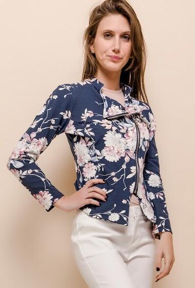 Veste perfecto en molleton imprimé, femerture éclair. La mannequin mesure 170cm et porte du S. Longueur:52cm