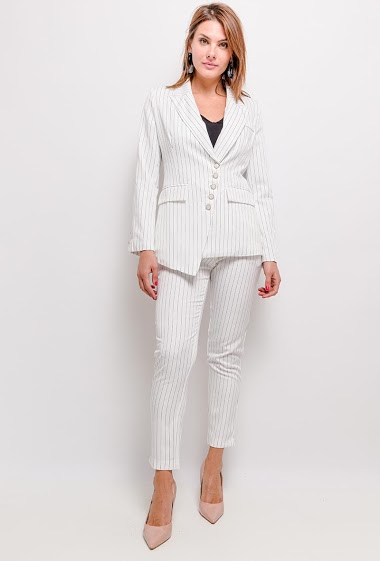 Striped blazer, front closure with buttons, long sleeves. Inner lining. Length:67cm
