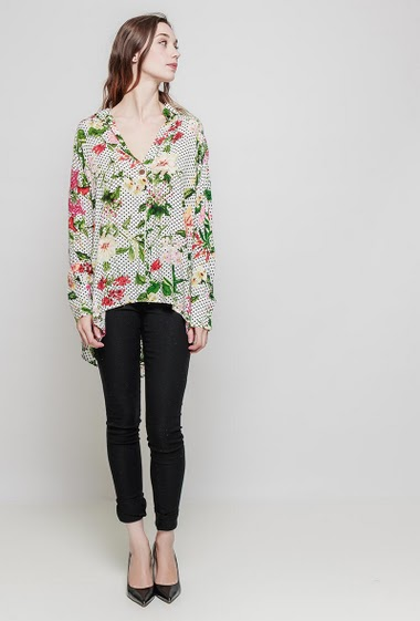 Blouse with polka dots and flowers, roll-up long sleeves. The model measures 177 cm and wears S