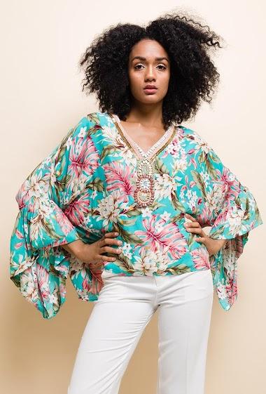 Blouse imprimé floral, col V avec collier fantaisie, manches larges volantées.  La mannequin mesure 177cm et porte du S/M. Longueur:65cm