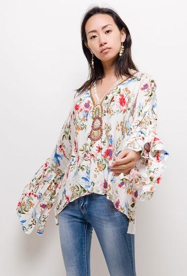 Blouse imprimé floral, col V avec collier fantaisie, manches larges volantées.  La mannequin mesure 170cm et porte du S/M. Longueur:65cm