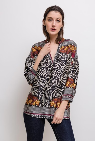 Printed blouse, loose fit, silky fabric, V-neck, roll-up sleeves. The model measures 178cm and wears S. Length:70cm