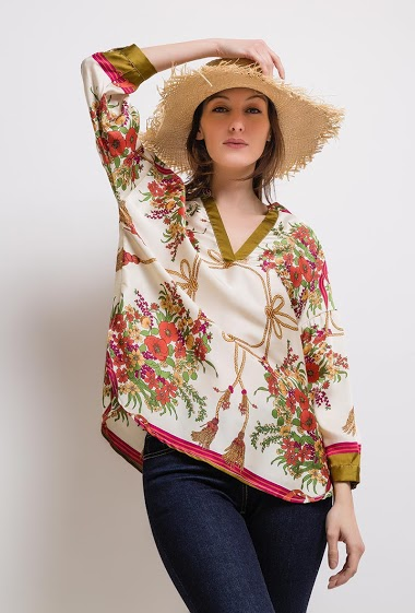 Silky printed blouse, loose fit, V-neck, roll-up sleeves. The model measures 178cm and wears S. Length:70cm