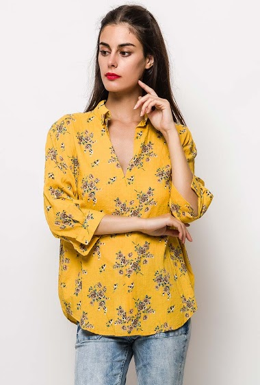 Blouse with pirnted flowers, V neck, 3/4 sleeves, casual fit. The model measures 176cm and wears S. Length:72cm