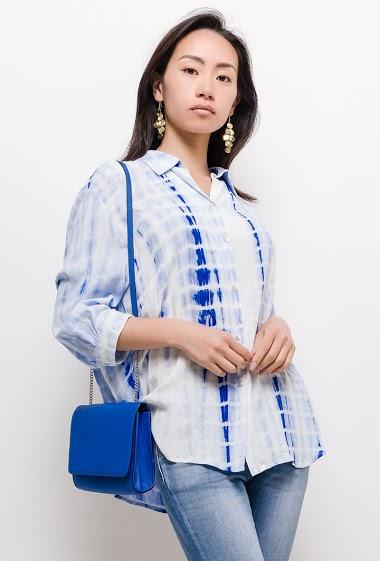 Chemise ample, col revers, manches 3/4, fermeture par boutons à l'avant. La mannequin mesure 170cm et porte du S. Longueur:65cm