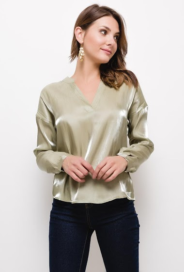 Metallic effect shirt, V-neck, long sleeves. The model measures 175cm and wears S. Length:65cm