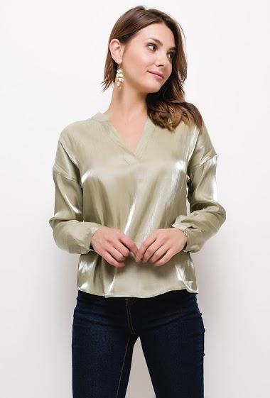 Metallic effect shirt, V-neck, long sleeves. The model measures 175cm and wears S. Length:65cm