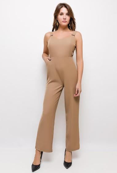 Combinaison pantalon fluide, ajourée sur les côtés, col rond, poches latérales, bretelles réglables, fermeture par zip dans le dos. Avec doublure. La mannequin mesure 175cm et porte du S. Longueur:125cm