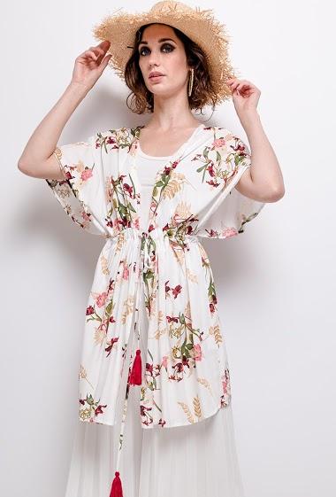 Veste kimono fluide à imprimé, manches courtes, liens à serrer à la taille.  La mannequin mesure 177cm et porte du S/M. Longueur:85cm