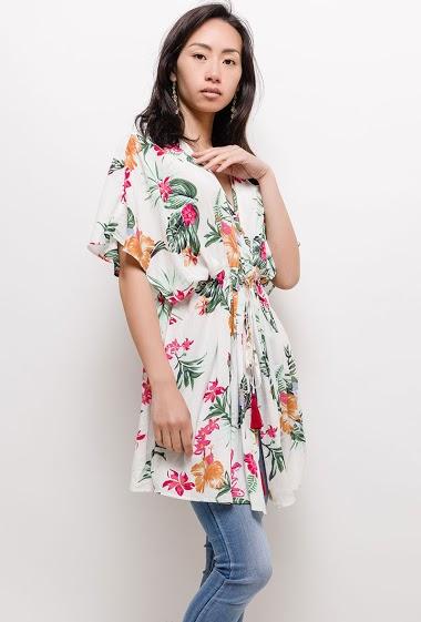 Veste kimono fluide à imprimé, manches courtes, liens à serrer à  la taille. La mannequin mesure 170cm et porte du S/M. Longueur:80cm