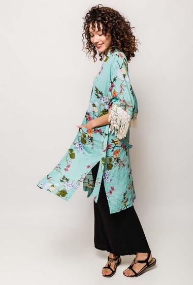 Kimono long, tissu effet lin, manches 3/4 larges, avec finition broderies et franges, 2 poches frontales, ceinture à la taille, fentes latérales. La mannequin mesure 178cm et porte du S/M. Longueur:100cm