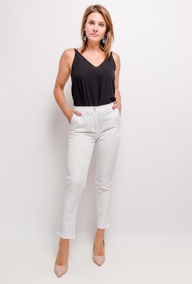 7/8 striped trousers, high waist, side pockets, zip closure at front and button. Length: 95cm