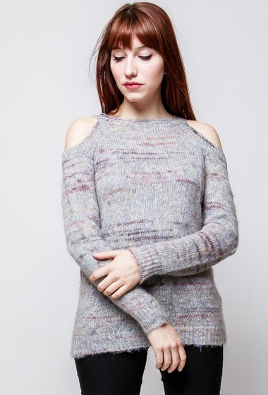 Cold shoulder sweater, soft knit, round collar, long sleeves. The model measures 174cm, one size corresponds to 38-40