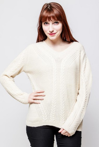 Sweater with V neck, twisted knit, long sleeves. The model measures 174cm, one size corresponds to 38-40