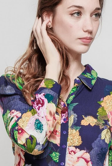 Spotted dress, printed flowers. The model measures 177 cm and wears S