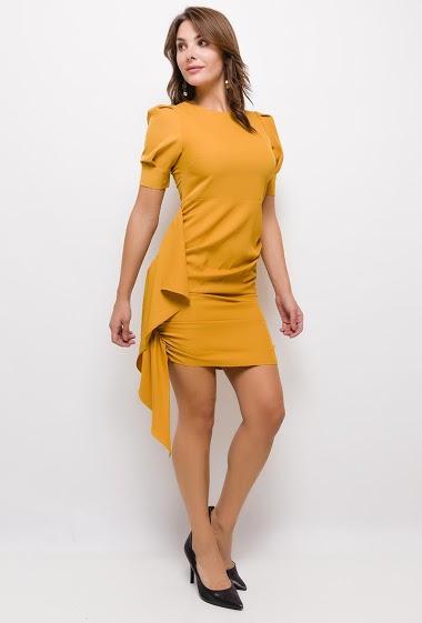 Robe mi-longue, col rond, manches 3/4, détail fronces sur les côtés, fermeture par zip dans le dos. La mannequin mesure 175cm et porte du S. Longueur:98cm