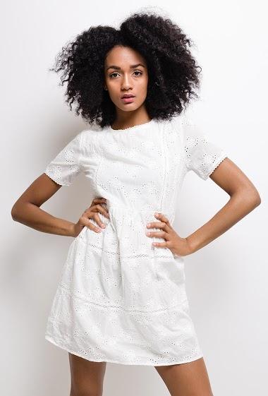 Robe en coton, avec broderie anglaise, col rond, manches courtes, fermeture par zip au dos. Doublure intérieure.  La mannequin mesure 177cm et porte du S. Longueur:85cm