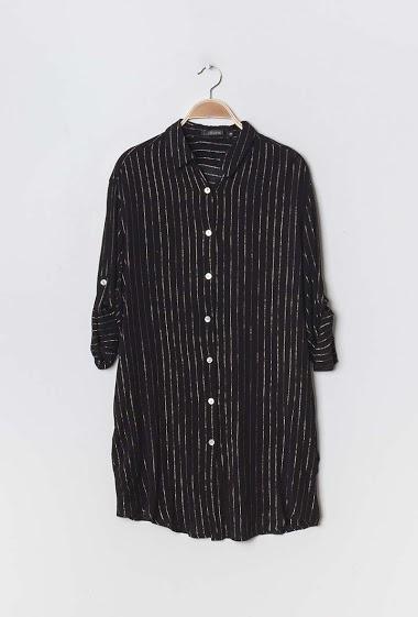 Chemise mi-longue oversize, avec liserés argentés, col revers, manches longues, fermeture à l'avant par boutons. 2 poches latérales. Peut se porter en robe.  La mannequin mesure 177cm et porte du S/M. Longueur:92cm