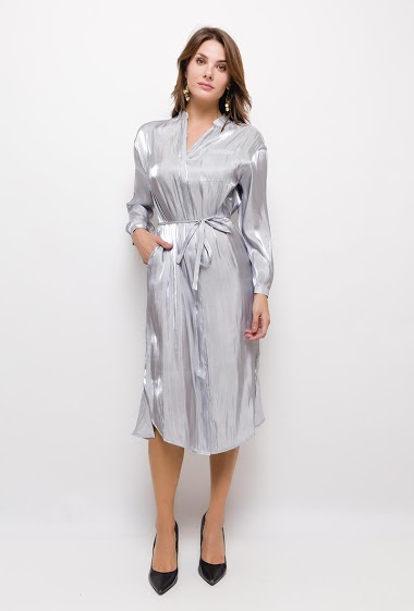 Long dress, metallic effect, Mao collar, long sleeves, front pocket. Button closure at the front. Belt. Small lateral slits. Flared hem in the back. The model measures 175cm and wears S. Length:120cm