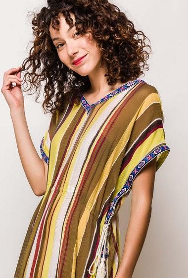 Robe longue fluide, multicolore, col et dos en V, taille à serrer avec cordon, finition broderies, fentes latérales. La mannequin mesure 178cm et porte du S. Longueur:135cm