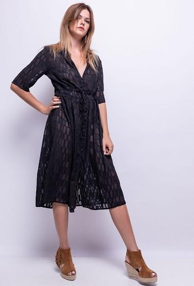 Robe avec brillant, manches courtes, fermeture par boutons et liens à l'avant.  Vendue sans doublure. La mannequin mesure 171cm et porte un S. Longueur: 110 cm