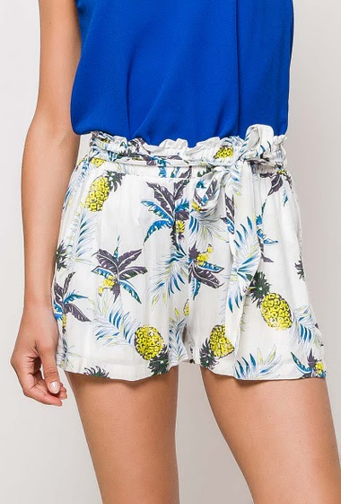 Relaxed shorts, elastic waist, pockets. The model measures 177cm and wears S/M