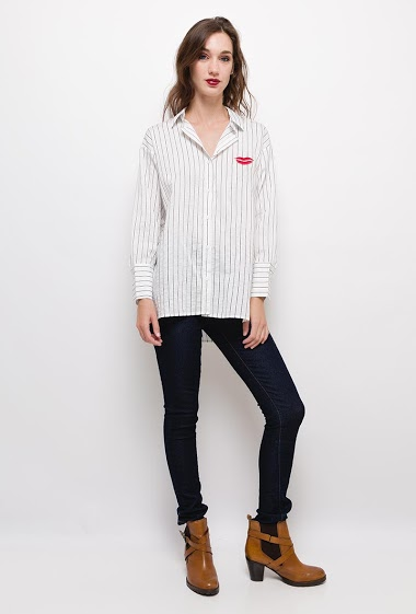 Striped shirt with embroidered mouth,The model measures 177cm and wears S/M. Length:75cm(back)