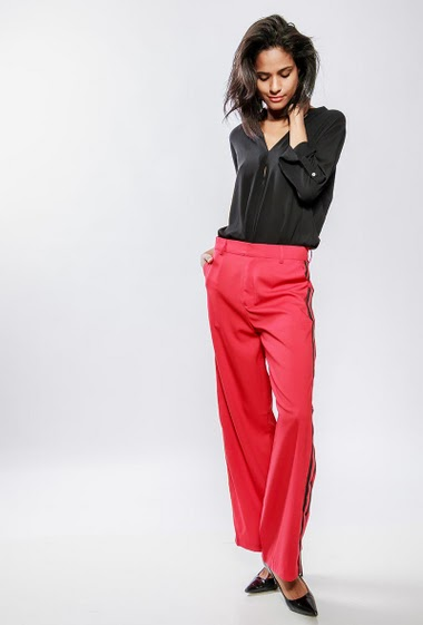 Wide leg pants with side contrasting band. The model measures 177cm and wears S/M red : red pants bicolour : black pants gray : gray pants light gray : gray pants black : black pants