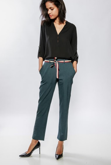 Chino pants with pockets, belt, tricolour belt. The model measures 177cm and wears S/M