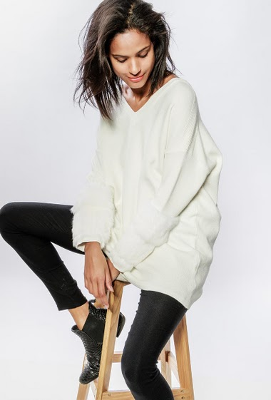 Sweater with sleeves decorated with rabbit fur. The model measures 177cm, one size corresponds to 38-40