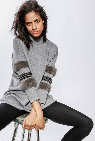 Knitted sweater, sleeves with strass and rabbit fur. The model measures 177cm, one size corresponds to 38-40