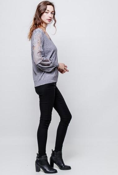 Pull féminin en maille douce, empiècement en dentelle trasparente, manches bouffantes, coupe classique. La mannequin mesure 177cm, TU correspond à 38-40