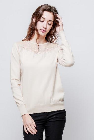Pull féminin en maille douce, empiècement en dentelle trasparente, coupe classique. La mannequin mesure 177cm, TU correspond à 38-40