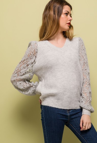 Sweater with puff sleeves in lace. The model measures 171cm, one size corresponds to 10/12(UK) 38/40(FR). Length:69cm